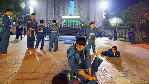 Lớp võ Vovinam do linh mục Nguyễn Văn Tuyến mời thầy về dạy cho trẻ trong vùng tại sân nhà thờ chính tòa Phủ Cam