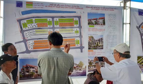 Người dân diện di dời xem các mẫu nhà để xây dựng đồng bộ ở từng khu vực tái định cư