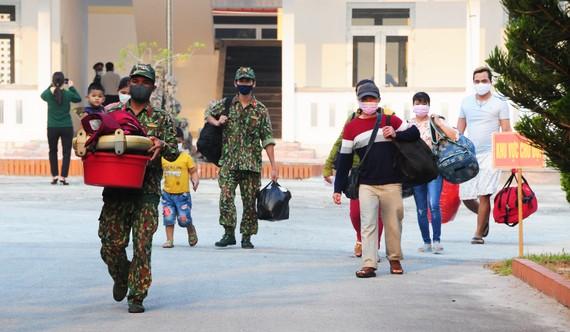 Cán bộ chiến sĩ bộ đội vận chuyển đồ đạc giúp người dân hoàn thành thời gian cách ly y tế tập trung