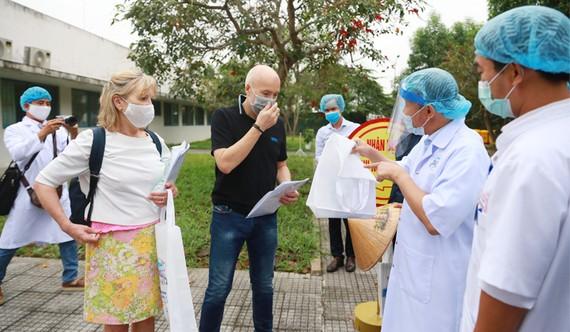 Lãnh đạo Bệnh viện Trung ương Huế chúc mừng và trao giấy xuất viện cho 2 bệnh nhân khỏi bệnh