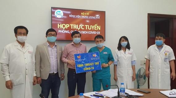 Hội Doanh Nhân trẻ tỉnh Thừa Thiên - Huế trao tặng 1.000 bộ kit thử virus Covid-19 cho Bệnh viện Trung ương Huế
