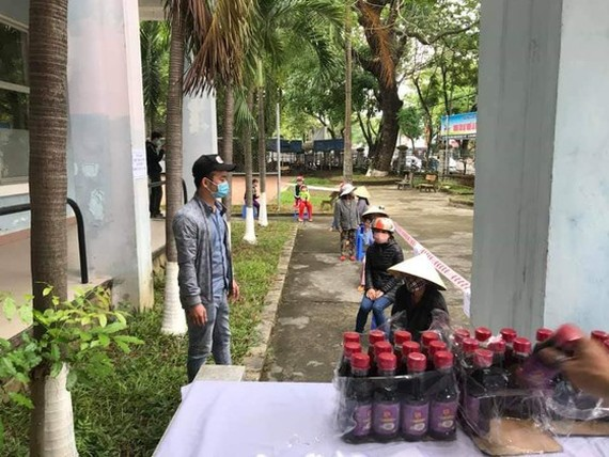 """Người dân chờ nhận gạo và nhu yếu phẩm tại """"ATM gạo"""" ở Huế"""
