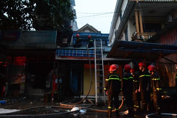 Lực lượng chức năng nỗ lực khống chế và dập tắt đám cháy lớn giữa trời mưa