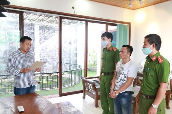 Công an đọc lệnh bắt giữ đối tượng cầm đầu Hồ Văn Phương 
