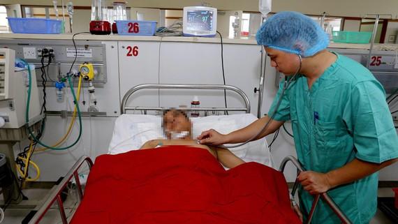 Sức khỏe bệnh nhân A. dần bình phục sau khi được bệnh viện Trung ương Huế cứu chữa kịp thời. Ảnh: THƯỢNG HIỀN