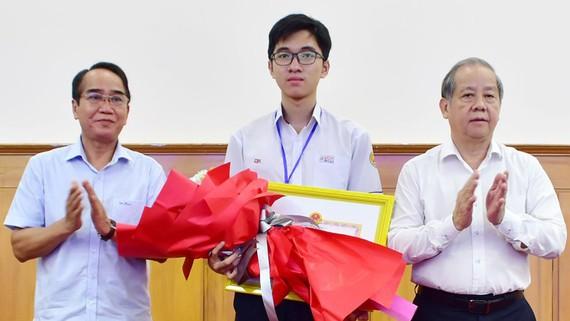 Ông Bùi Thanh Hà, Phó Bí thư Thường trực Tỉnh ủy Thừa Thiên - Huế và ông Phan Ngọc Thọ, Chủ tịch UBND tỉnh trao tặng bằng khen cho học sinh Hồ Việt Đức 