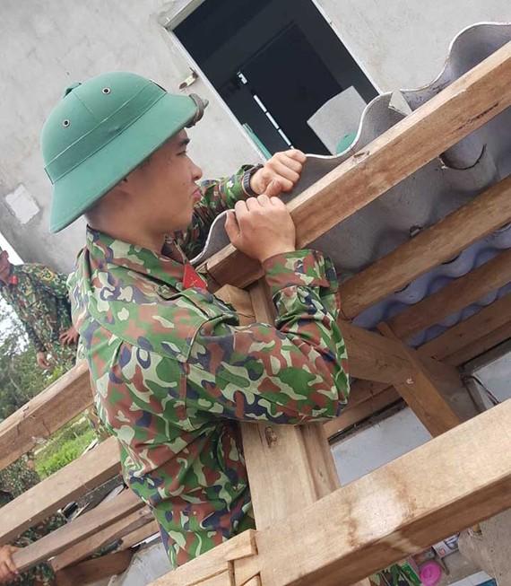 Bộ đội giúp dân lợp lại mái nhà bị gió bão đánh tốc ở huyện Phong Điền, tỉnh Thừa Thiên - Huế 