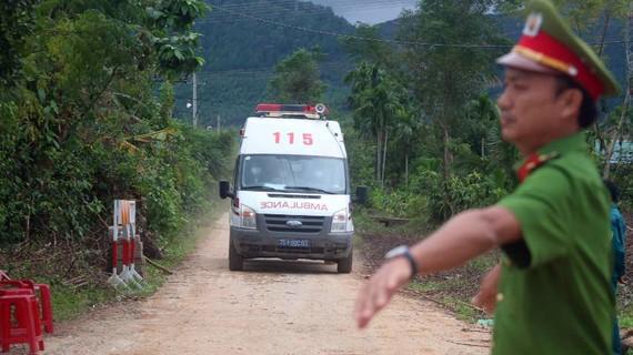 Xe cấp cứu đi từ đường 71 ra hướng về trung tâm TP Huế. Ảnh: NGUYỄN CƯỜNG