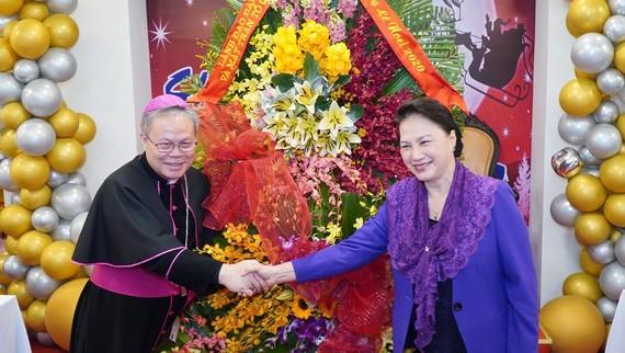 Chủ tịch Quốc hội Nguyễn Thị Kim Ngân tặng hoa chúc mừng Giáng sinh Tổng Giáo phận Huế