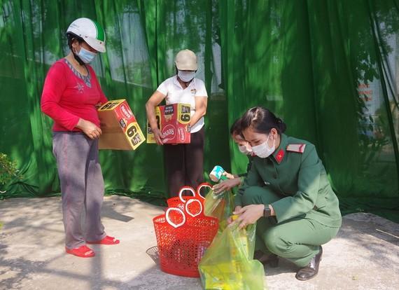 Nhiều phụ nữ khó khăn tại TP Huế lựa chọn hàng tại gian hàng 0 đồng do Hội Phụ nữ Bộ CHQS tỉnh Thừa Thiên – Huế thực hiện