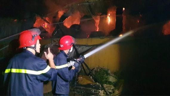 Phun nước khoanh vùng vòng ngoài nhằm không cho ngọn lửa cháy lan sang các nhà kho liền kề