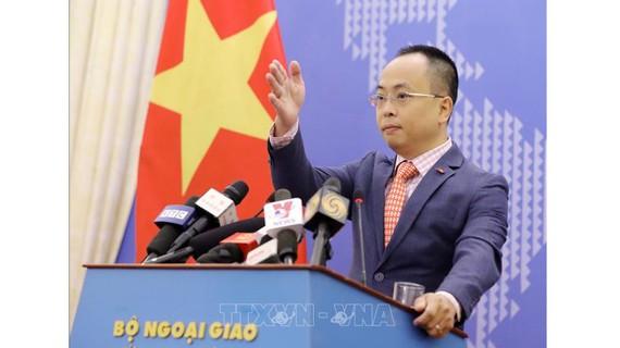 Phó Phát ngôn Bộ Ngoại giao Đoàn Khắc Việt tại buổi họp báo. Ảnh: TTXVN