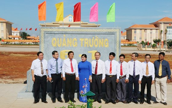 Lãnh đạo tỉnh Bình Phước và thị xã Phước Long tham quan quảng trường Phước Long mới được xây dựng