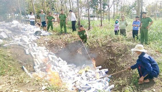Công an huyện Bù Đốp đang tiêu hủy hơn 35.000 bao thuốc lá nhập lậu các loại