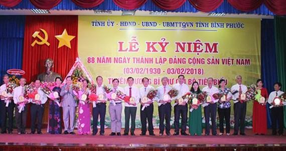 Các đồng chí lãnh đạo Tỉnh ủy, HĐND tỉnh Bình Phước tặng biểu trưng, hoa cho các bí thư chi bộ