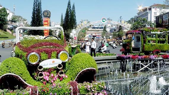 Xe ô tô và xe lam hoa trên đường phố Đà Lạt