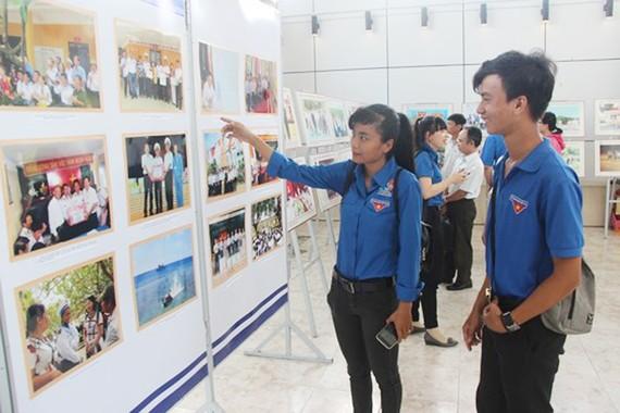 """Đông đảo đoàn viên, thanh niên và người dân tới xem triển lãm """"Biển đảo và người chiến sỹ Hải Quân"""" tổ chức sáng 20-6"""