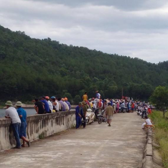 Khoảng 16 giờ 30 phút chiều 17-6, đã phát hiện vớt được thi thể anh Nguyễn Văn Th. bị lật thuyền mất tích trên hồ Khe Trúc