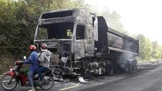 Xe ô tô tải và rơ-moóc sau vụ cháy