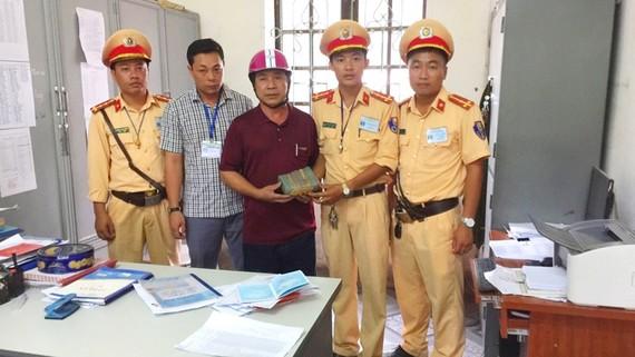 Công an huyện Nghi Xuân trao trả lại tài sản cho người dân (Ảnh Công an huyện Nghi Xuân)