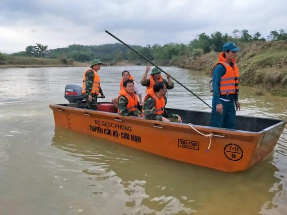 Các lực lượng chức năng đang tổ chức tìm kiếm ông H. trên sông