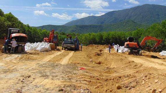 Lực lượng chức năng tiến hành bốc, thu gom số chất thải nguy hại chôn lấp tại trang trại ở phường Kỳ Trinh, thị xã Kỳ Anh, Hà Tĩnh vào năm 2016