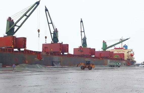 Tàu Hong De mang quốc tịch Panama vào cập cảng để làm hàng tại cảng Vũng Áng đầu năm 2018