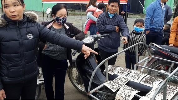 Nhiều người dân bức xúc đã mang bẫy dính đầy ruồi nhặng đến trước cổng nhà máy xử lý rác thải để phản đối tình trạng ô nhiễm