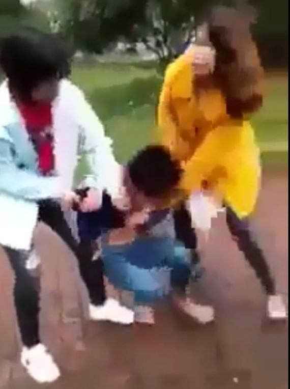 Thời điểm nữ sinh L. bị vây đánh (Ảnh cắt từ video clip)