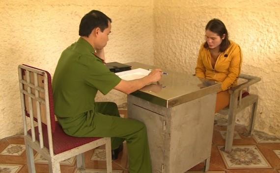 Cơ quan công an lấy lời khai đối tượng Nguyễn Thị Oanh