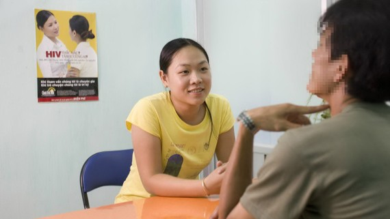Chuyên gia tư vấn cho đối tượng nhiễm HIV/AIDS tại Trung tâm Phòng chống HIV/AIDS TPHCM