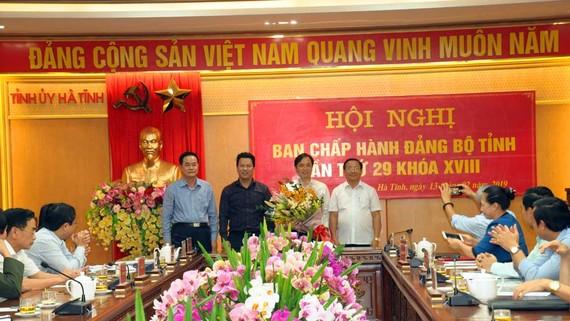Tặng hoa chúc mừng đồng chí Hoàng Trung Dũng
