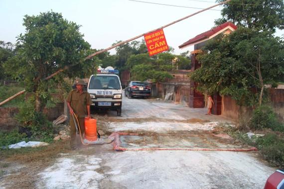 Lực lượng chức năng ở Hà Tĩnh triển khai xử lý tiêu độc khử trùng khu vực xảy ra dịch tả heo châu Phi