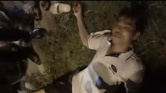 Anh Phạm Văn Tr. thời điểm bị điện rò rỉ giật nằm bất tỉnh tại chỗ (Ảnh cắt từ Clip)
