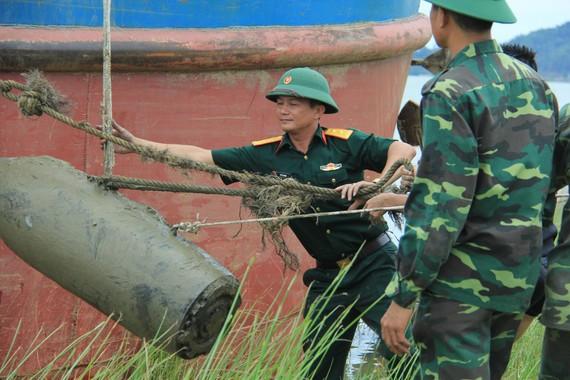 Lực lượng chức năng trục vớt thành công quả bom lên khỏi mặt nước