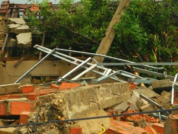 Nhà dân ở xã Kỳ Hoa, thị xã Kỳ Anh, tỉnh Hà Tĩnh bị thiệt hại nặng do trận lốc xoáy