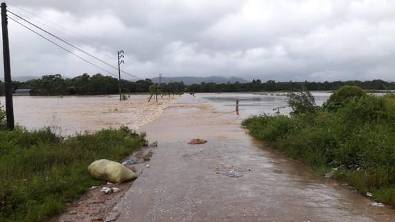 Nhiều tuyến đường ở huyện Hương Khê, Hà Tĩnh bị ngập lụt, chia cắt