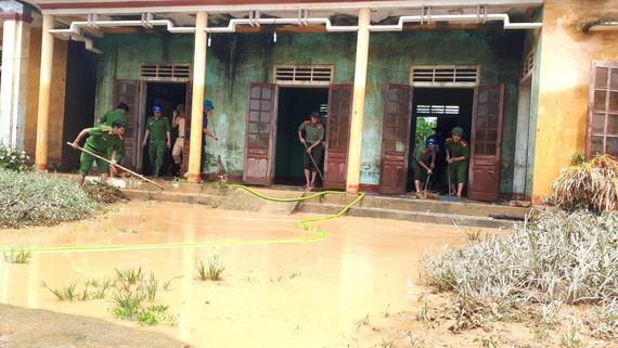 Lực lượng chức năng giúp khắc phục hậu quả mưa lụt