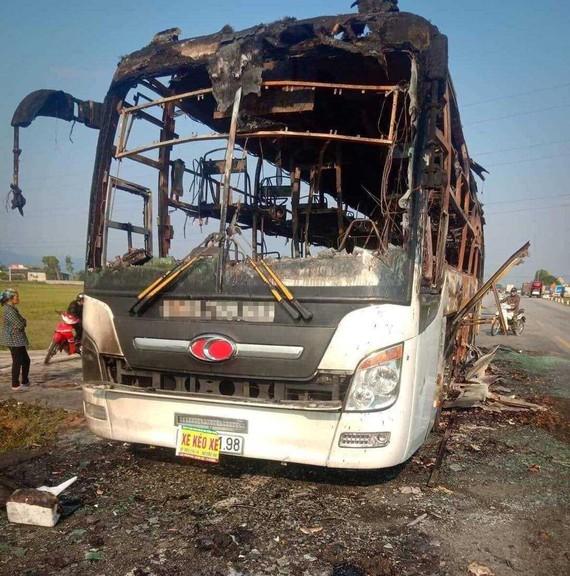 Chiếc xe ô tô khách bị cháy rụi