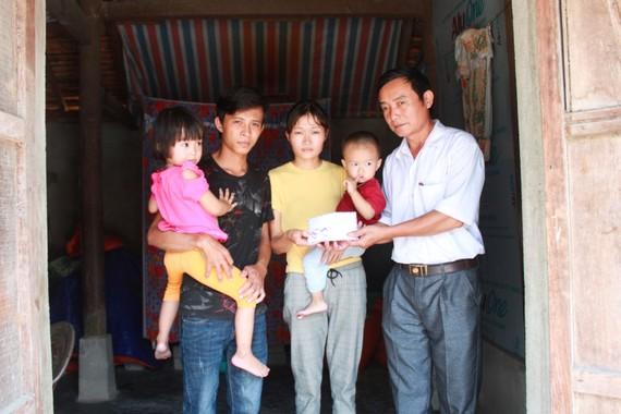 Ông Nguyễn Đức Tuấn, Phó Chủ tịch UBND xã Hồng Lộc (huyện Lộc Hà, tỉnh Hà Tĩnh) trao 35 triệu đồng của bạn đọc Báo SGGP cho gia đình vợ chồng anh Trung, chị Chi