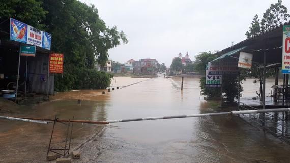 Cầu tràn nối trung tâm huyện Hương Sơn với nhiều xã vùng ven bị ngập lụt chia cắt chiều 15-10. Hiện rào chắn đã được chặn ở hai đầu cầu để cảnh báo đảm bảo an toàn cho người dân