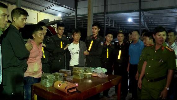 Hai đối tượng Hà Văn Sính và Giàng Seo Chỉnh bị bắt giữ cùng tang vật