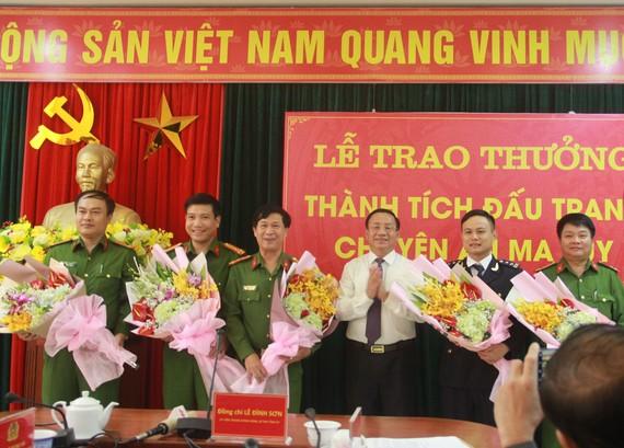 Bí thư Tỉnh ủy Hà Tĩnh Lê Đình Sơn trao thưởng cho các lực lượng phá án
