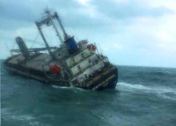 Tàu Nordana Sophia bị nghiêng trước lúc chìm trên biển