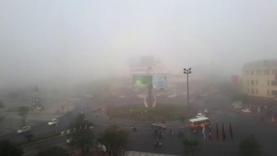 Vòng xuyến giao nhau giữa đường Phan Đình Phùng, Hàm Nghi và Quốc lộ 1 bị phủ kín sương mù sáng 4-1-2020