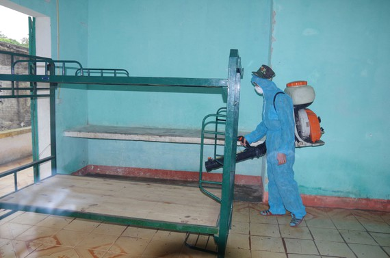 Phun tiêu độc khử trùng khu vực được chọn làm địa điểm cách ly tập trung ở Hà Tĩnh