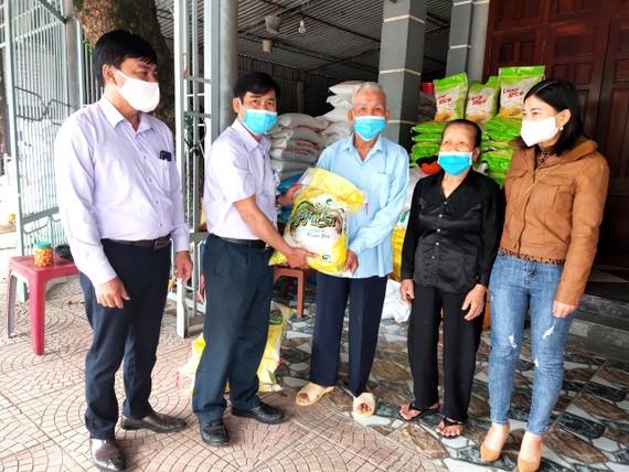Ông Phong, bà Hường ủng hộ gạo cho công tác phòng, chống dịch Covid-19