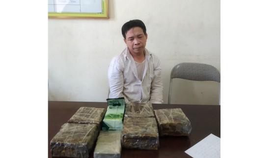 Đối tượng Phan Văn Tuấn cùng tang vật ma túy bị bắt giữ