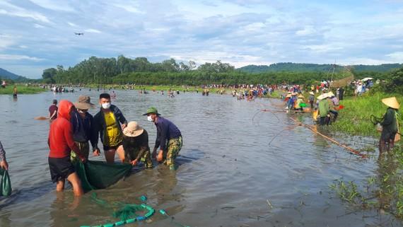 """Đông đảo người dân tham gia lễ hội đánh cá """"độc nhất"""" ở Hà Tĩnh"""