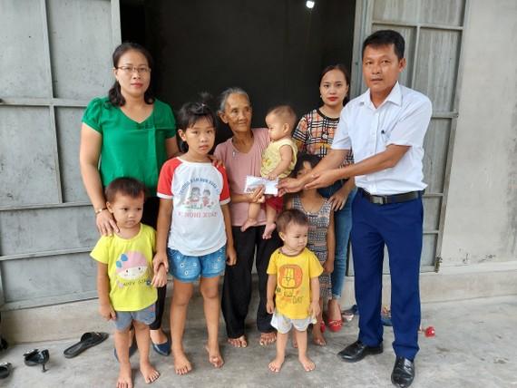 Ông Nguyễn Duy Thái (Bí thư Đảng ủy xã Xuân Hải) trao 23,3 triệu đồng của bạn đọc Báo SGGP cho gia đình anh Nguyễn Văn Danh